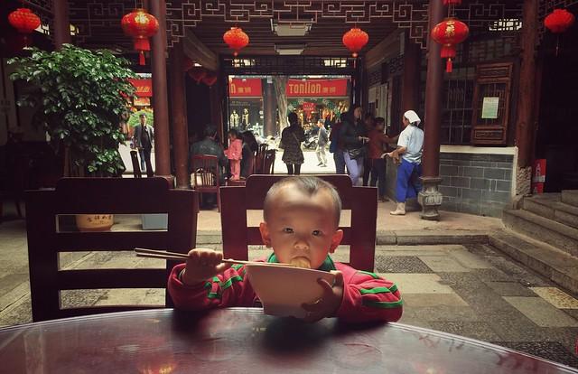 Niño sorbiendo fideos en Lin'an Fandian de Jianshui (Yunnan)