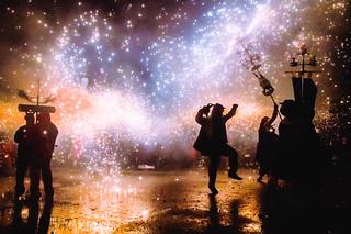 Ballant sota el foc i la pluja