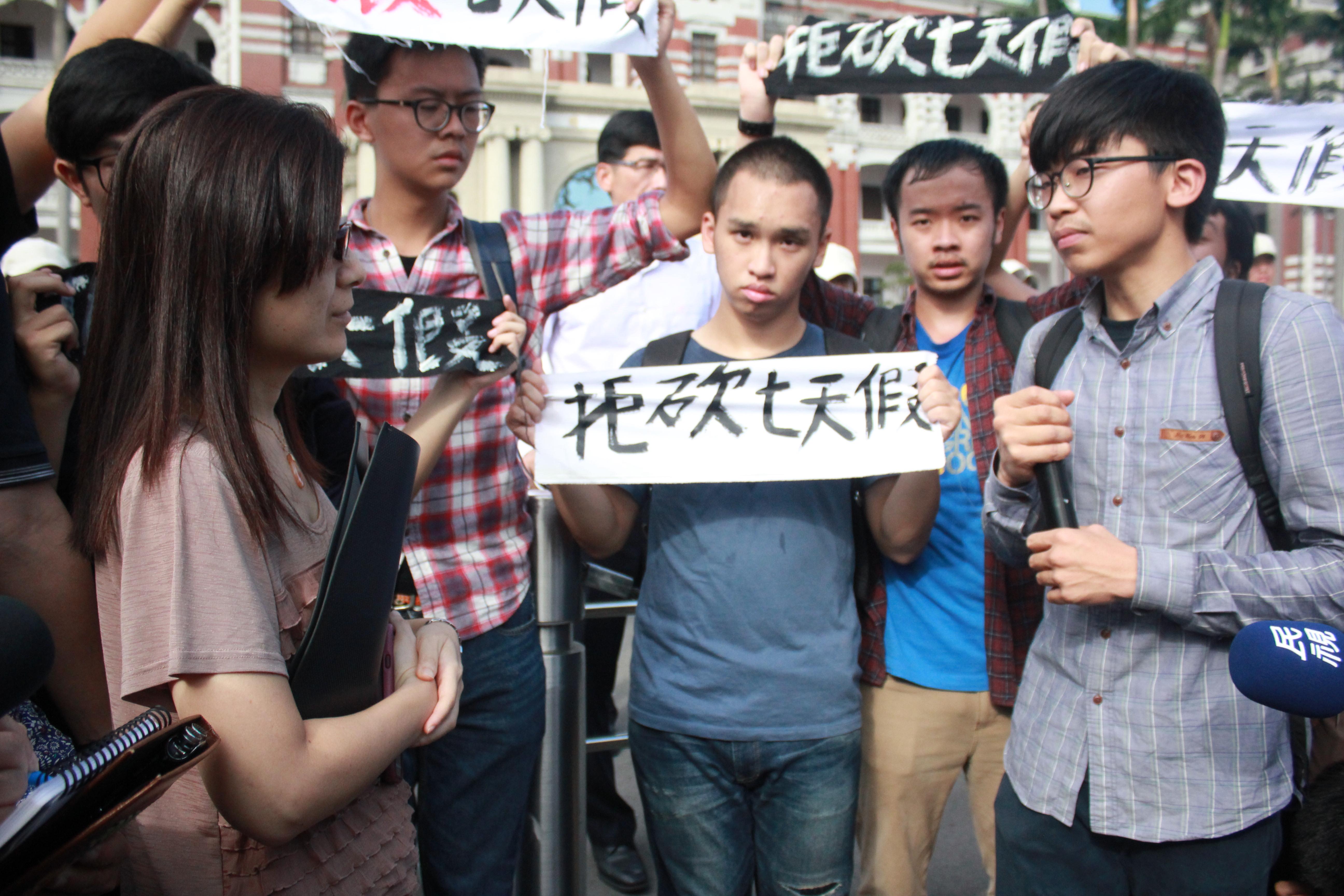 """总统府代表未实际承诺撤销砍假案,遭批只会""""抄笔记""""。(摄影:张宗坤)"""