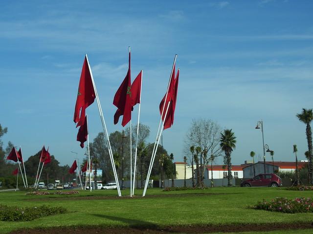 モロッコ ラバト空港に至る車窓から いたるところにモロッコの国旗