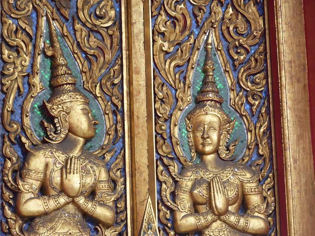 Detalle de una puerta de un templo budista en Chinatown Bangkok