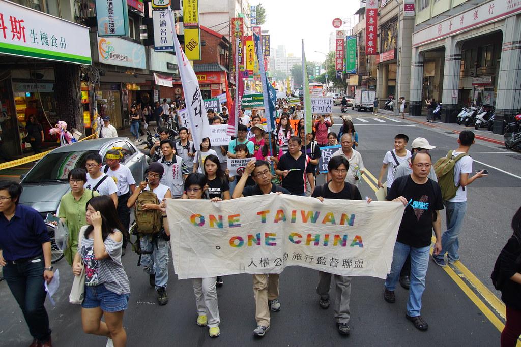馬習會當天台北街頭的遊行,拉出「ONE TAIWAN, ONE CHINA」標語。(攝影:王顥中)