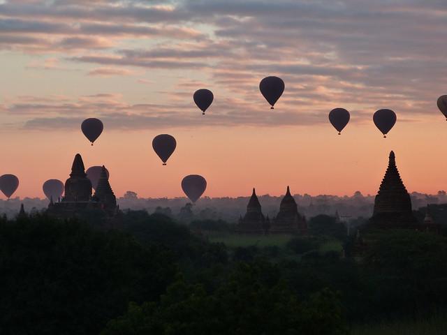 Globos sobre los templos de Bagan en Myanmar