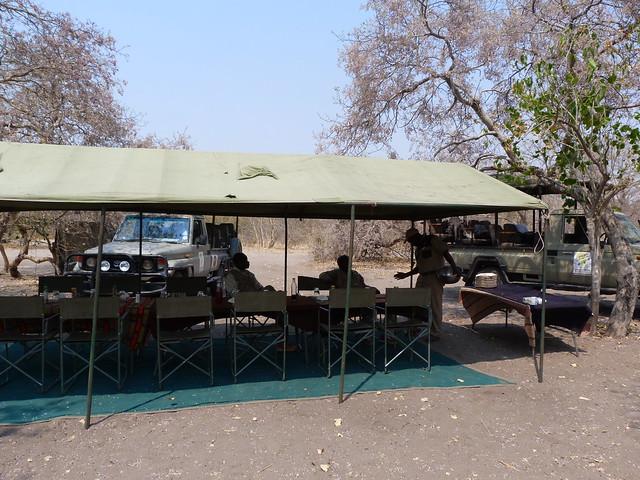 Mesa del campamento en Botswana (Mopane)