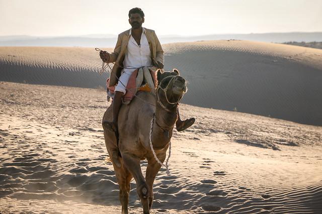 Camel driver in Khuri sand dunes, near Jaisalmer, India ジャイサルメール、クーリー砂丘の格好いいラクダ使い