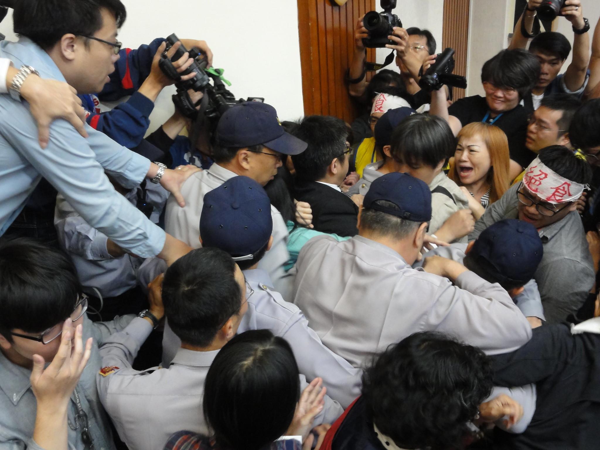 陳瑩欲離席,勞團代表阻擋,現場陷入一片混亂。(攝影:張智琦)