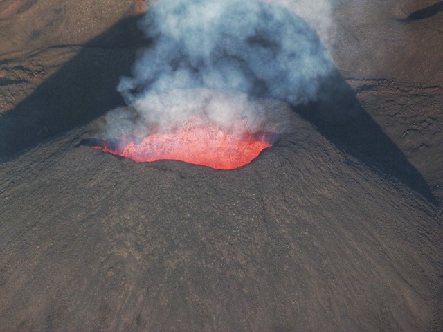 El volcán Le Piton de la Fournaise en erupción (vista desde helicóptero en Isla Reunión)