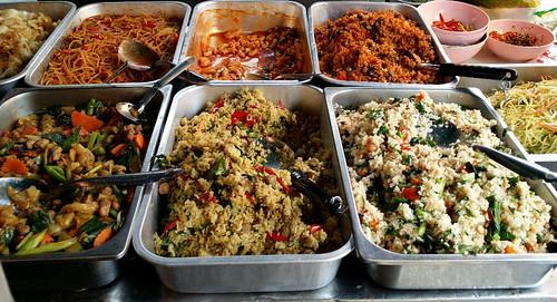 מימין למטה: אורז עם קאנה, אורז קארי ירוק, פאד סי יו. למעלה: אורז פאננג, מקרוני (כמעט חוסל מרוב פופולריות) ואטריות ברוטב עגבניות