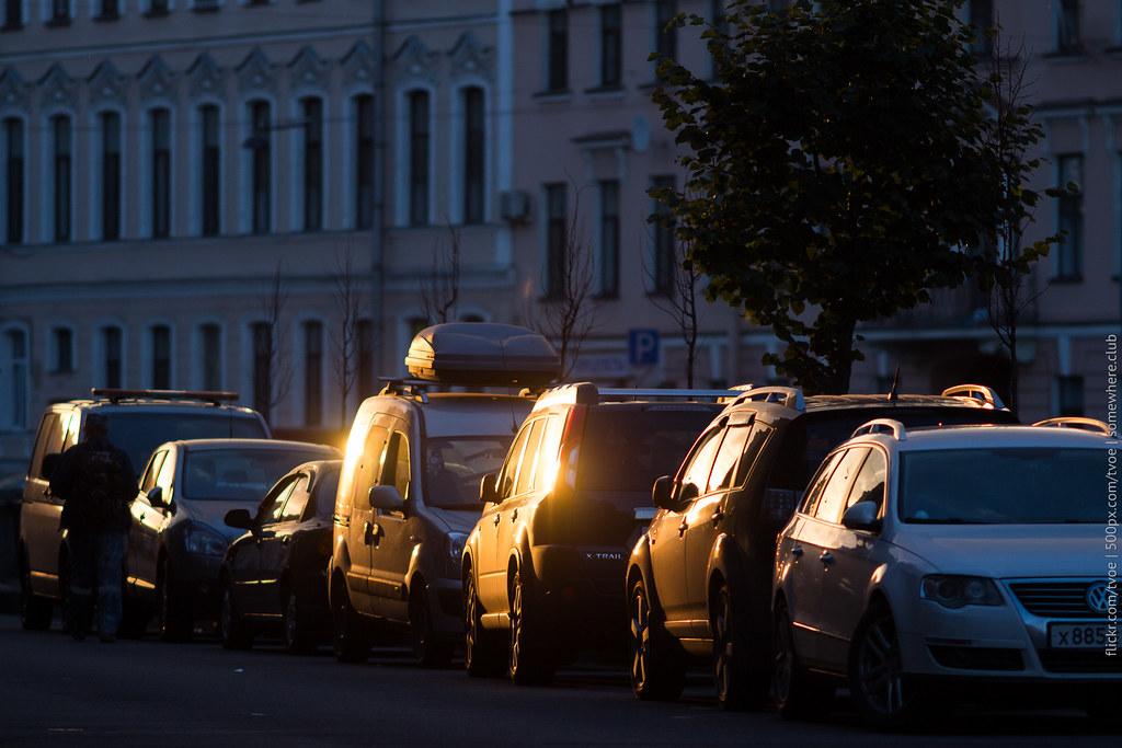 Отражения солнца от автомобилей на канале Грибоедова в Петербурге во время заката