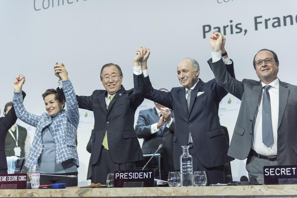 """2015年12月12日COP21大會宣布巴黎協定通過,但此舉真的能幫助我們對抗全球暖嗎?(圖片來源:<a href=""""https://www.flickr.com/photos/un_photo/23747830545/in/photolist-CbvQEe-B9zH55-CqKgEb-BZwrLP-AXDksz-BUNxKf-AYLehi-BsruJJ-AZFxon-BPjTco-r4MKnS-BZwvoD-BEFQkS-Byis1F-BLC7gU-Ct1QTH-ALctu4-fCVznq-BcSW9e-zDj7rN-B5mTaf-ByShHP-BaiWdW-B6ytHa-BXe2Kj-BYeQqb-BQXdws-AGxq7s-BMykPN-BwMLfK-BX9KNk-wFFBUZ-AZDci7-BUMsVY-BWb4dV-AN3XVu-BKt9FC-BE9iEq-Bc4r6Z-Be5Rdg-CbtfRB-BSJkPX-BXJfvA-B3GEXs-BELck1-B7jLRe-BeB8hb-BcXdv5-AGEWrF-BwLhvD"""">United Nations Photo</a>)"""