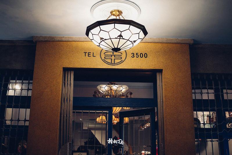 3|正門口上的吊燈正門的牆漆配色,顯得貴氣十足