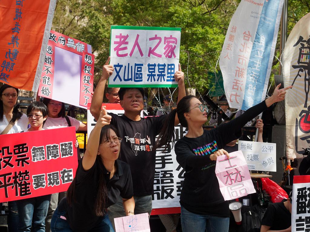 台北聾劇團以「無聲」的行動劇表達障礙者想履行投票義務會遇到重重困難。(攝影:林佳禾)