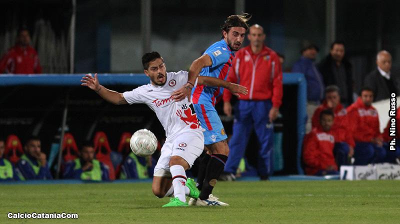Vincenzo Sarno, futuro rossazzurro, contrastato da Leo Nunzella in Catania-Foggia 0 a 0 del 2105-16