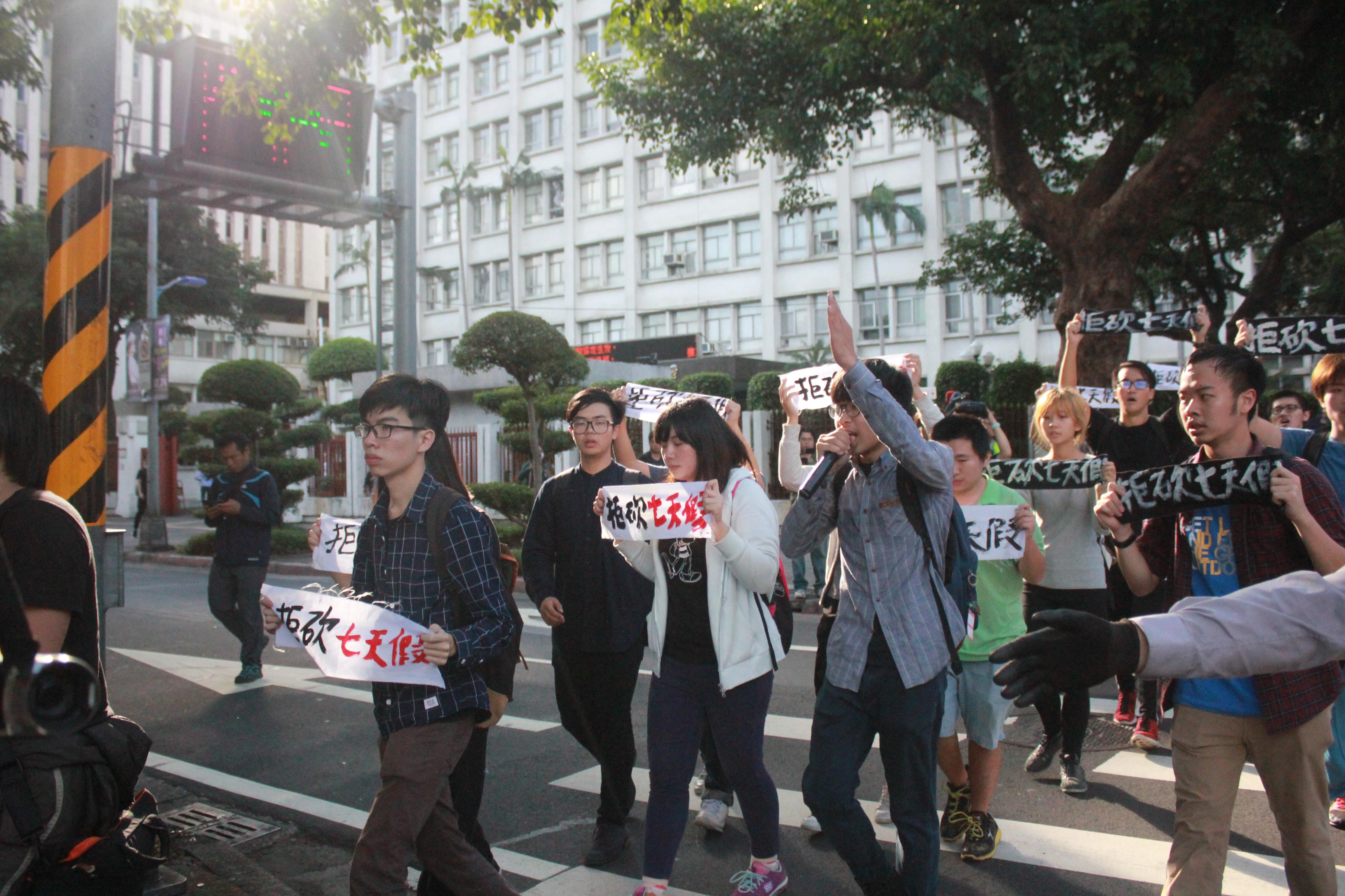 约八点左右,青年团体游行前往总统府。(摄影:张宗坤)