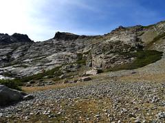 La pointe 2456 à gauche, la pointe Grotelle à sa droite et les dalles acrobatiques du vallon de l'Oriente
