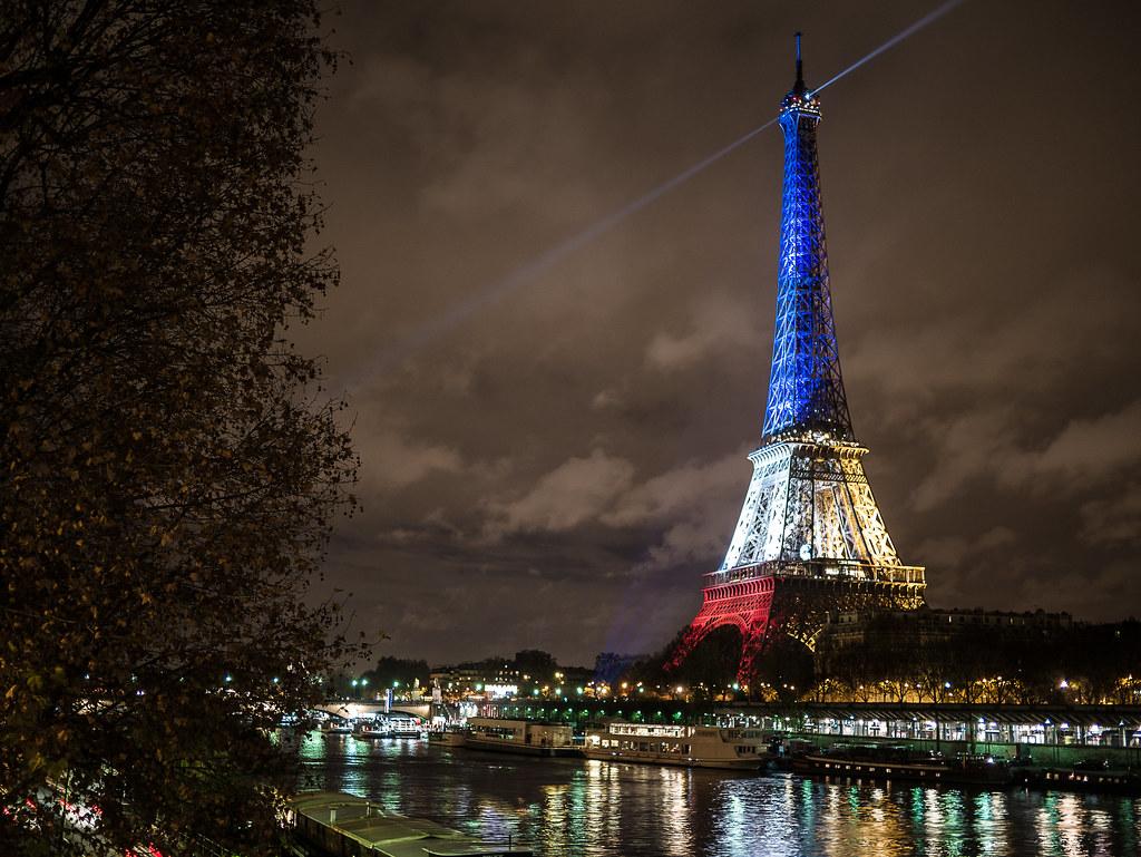 La tour Eiffel illumin...