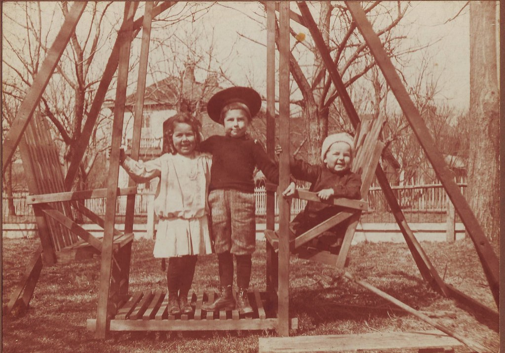 My paternal grandmother (left), Florence (Hazard) Keeling, Kansas City, MO. c.1902