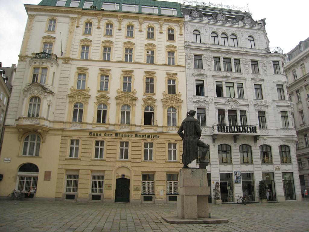 2011 07 08 - 085804z - Lessing statue, Juden Platz, Vienna - L 001