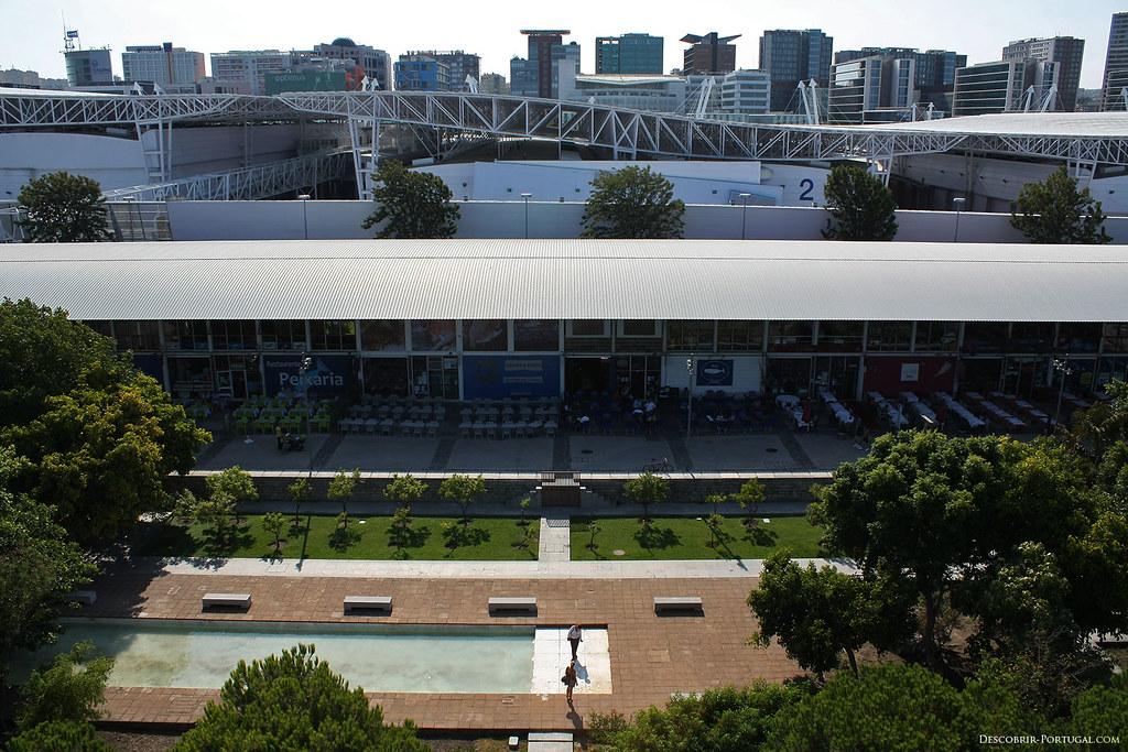 Au premier plan, la rua da pimenta, ou rue du poivre, avec ses nombreux bars. Derrière, les grands édifices de FIL, foire internationale de Lisbonne, un immense complexe pour expositions.