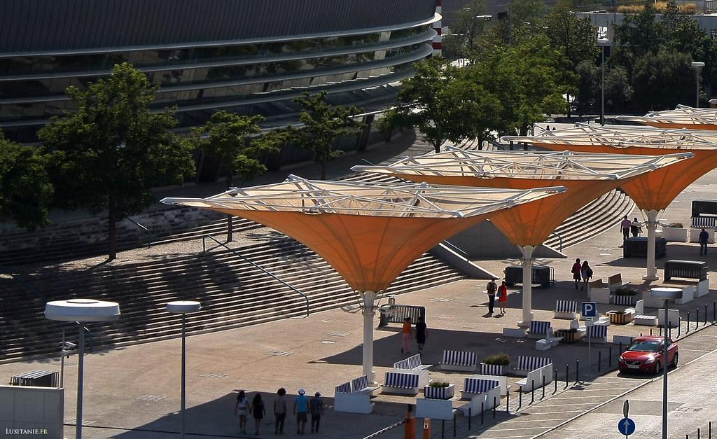 Espace de repos, à l'ombre, près du Pavilhão Atlântico.