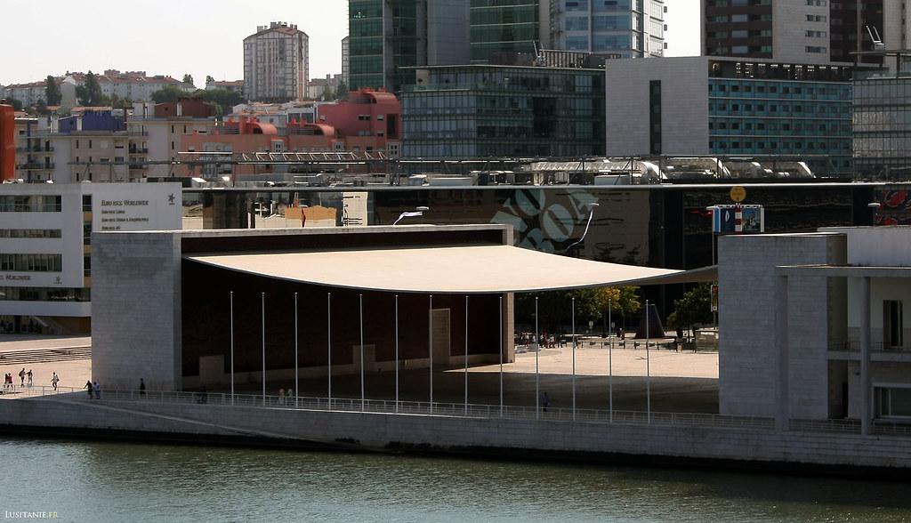 Le célèbre Pavilhão de Portugal, œuvre majeure de l'architecte Siza Vieira, aidé de Souto de Moura