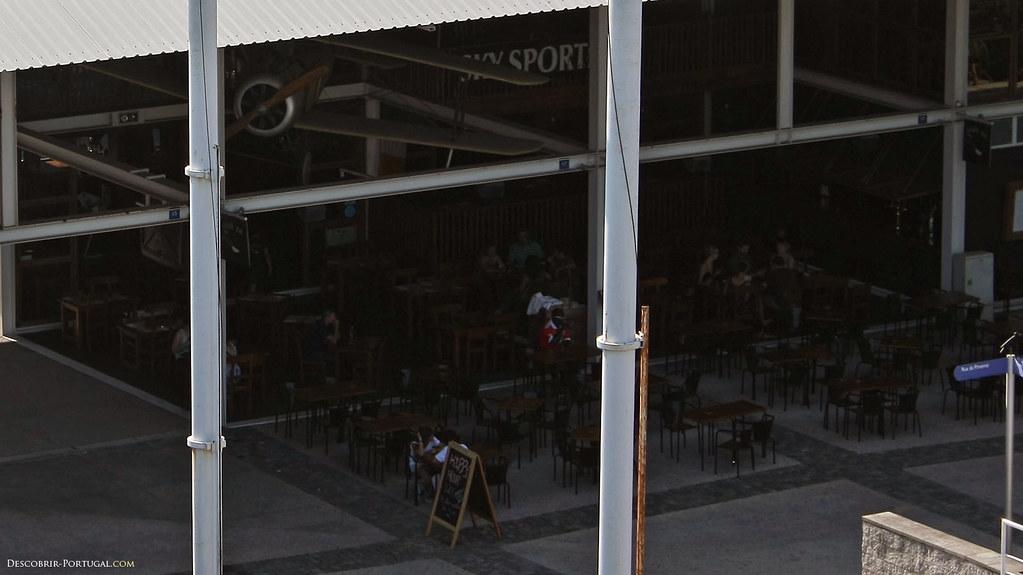 Un vieil avion sert ici de décor à un des nombreux bars du Parque das Nações.