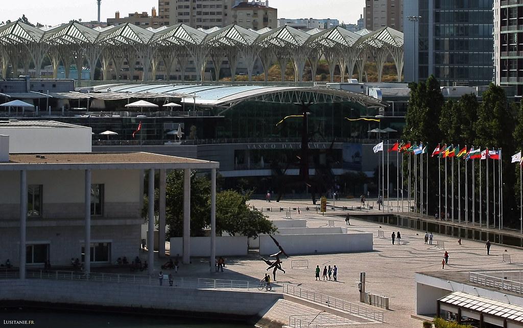 Au milieu, le centre commercial Vasco da Gama, et derrière, la grande gare multimodale Oriente.