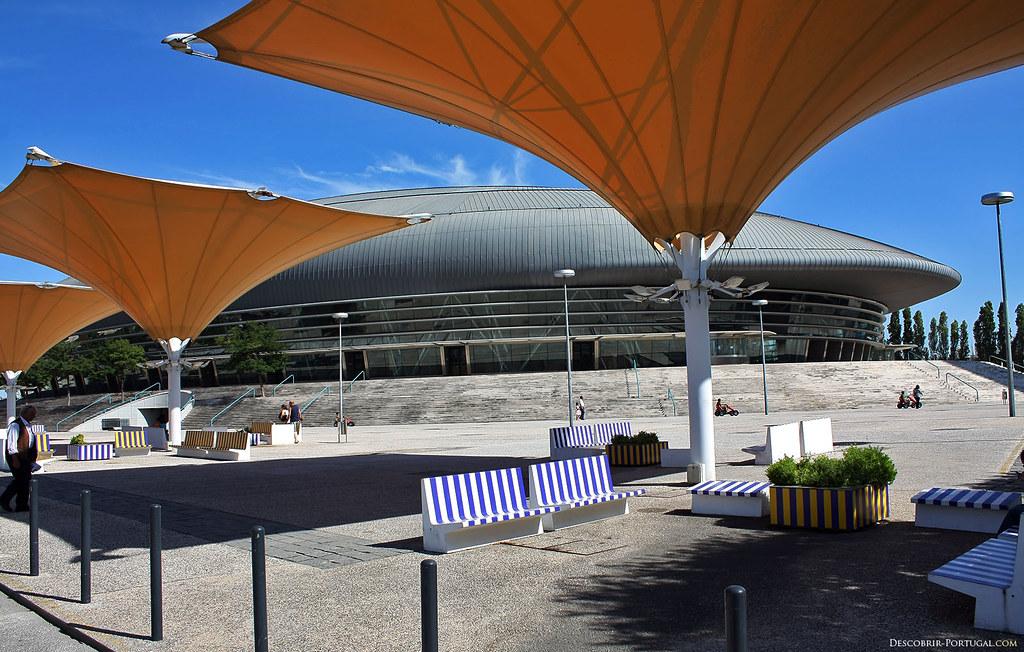 Immenses parasols près du Pavilhão Atlântico, chargés d'apporter de l'ombre, bien nécessaire les jours d'été!