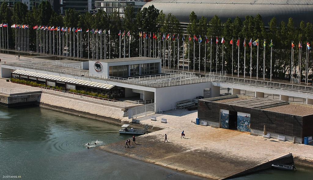 On peut se baigner un peu partout, et les lisboètes ne s'en privent pas! Les drapeaux nous rappellent les pays paricipants à l'Expo 98.
