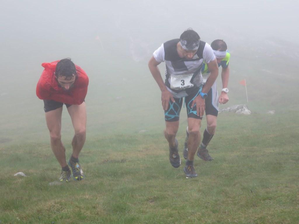 (από αριστερά) Aritz Egea, Luis Alberto Herndano, Tadei Pivk μέσα στην ομίχλη ανεβαίνοντας για το Aizkorri | Photo (c) Ramon Ferrer