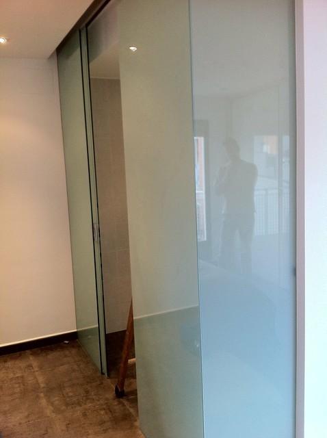 Cerramiento para ba o con cristal laminar blanco y puerta - Puerta bano corredera ...