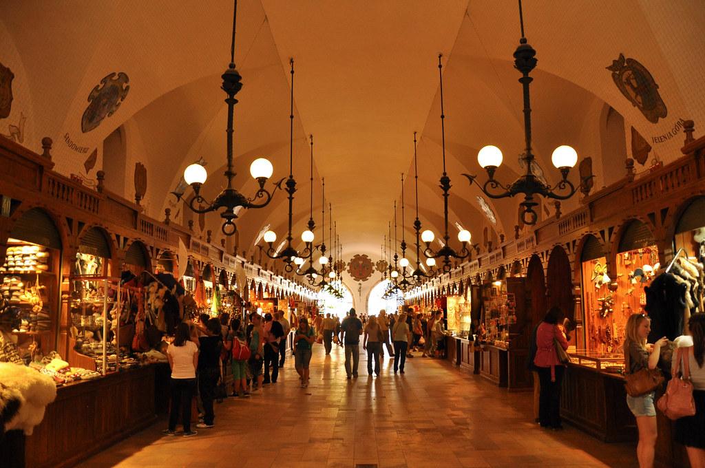 Les boutiques d'artisanat dans les Sukiennice ou Halles aux draps de Cracovie - Photo de Jennifer Boyer