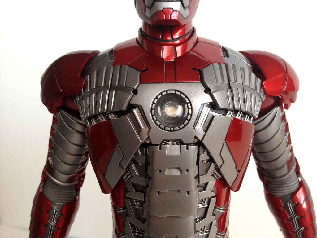 Hot Toys Iron Man mark V front details | The figure's very ...  Hot Toys Iron M...