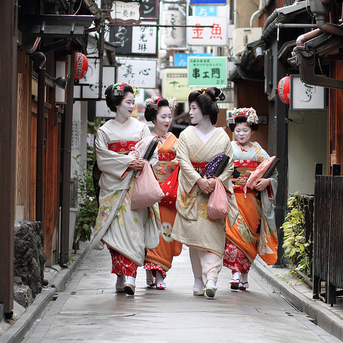 geisha / japan / maiko / people / kyoto / girl / makeup / street / photography / canon 7d / walking | by momoyama
