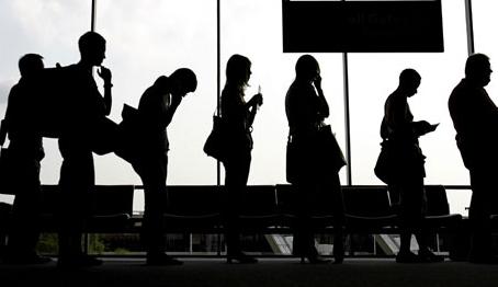 Gente esperando cola en el aeropuerto