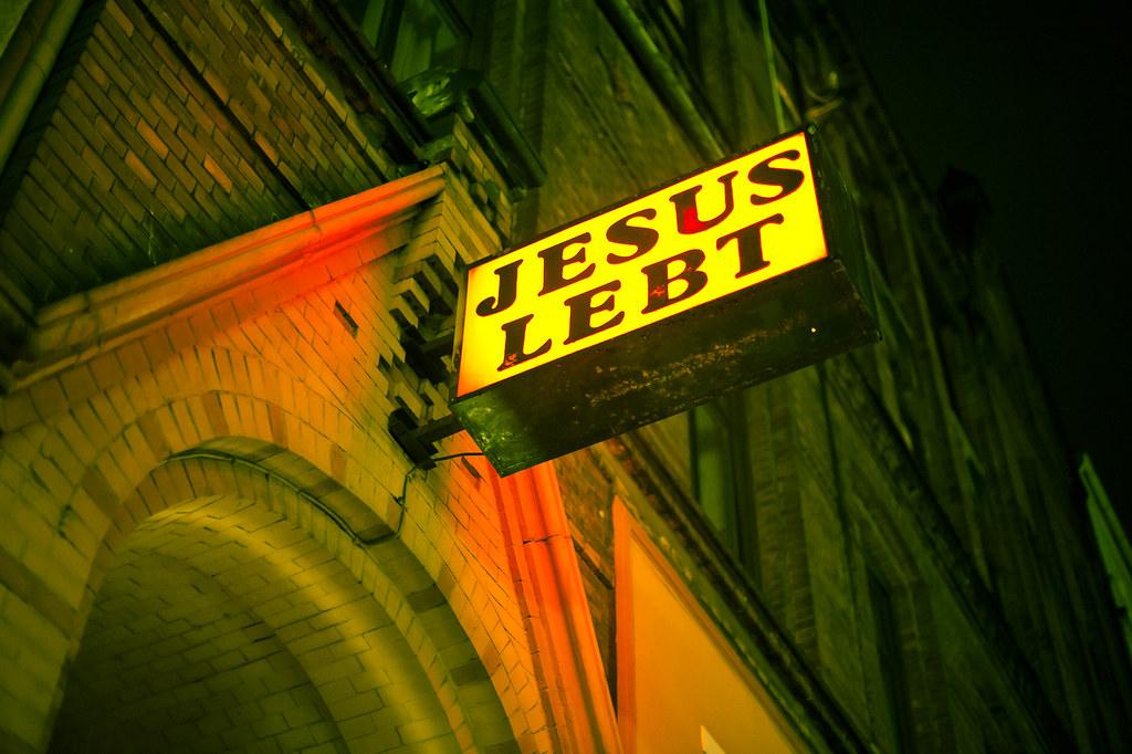 jesus lebt zur zeit in einer 3er wg auf dem 2 stock. Black Bedroom Furniture Sets. Home Design Ideas