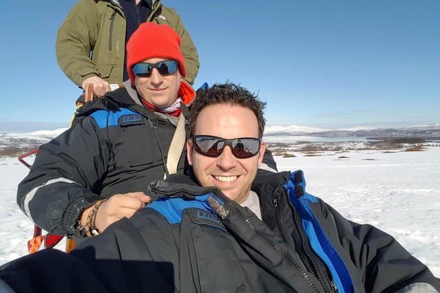 Sele y Chavetas montando en un trineo de perros en Noruega