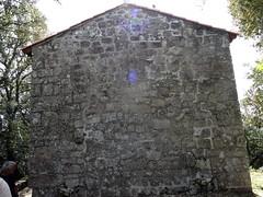 Façade arrière de l'église (on voit les traces de l'ancienne abside)