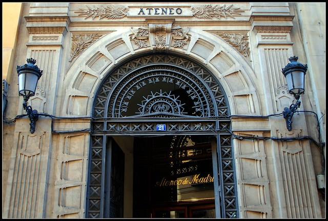 Fachada del edificio del ateneo de madrid en la calle del for Calle del prado 9 madrid espana