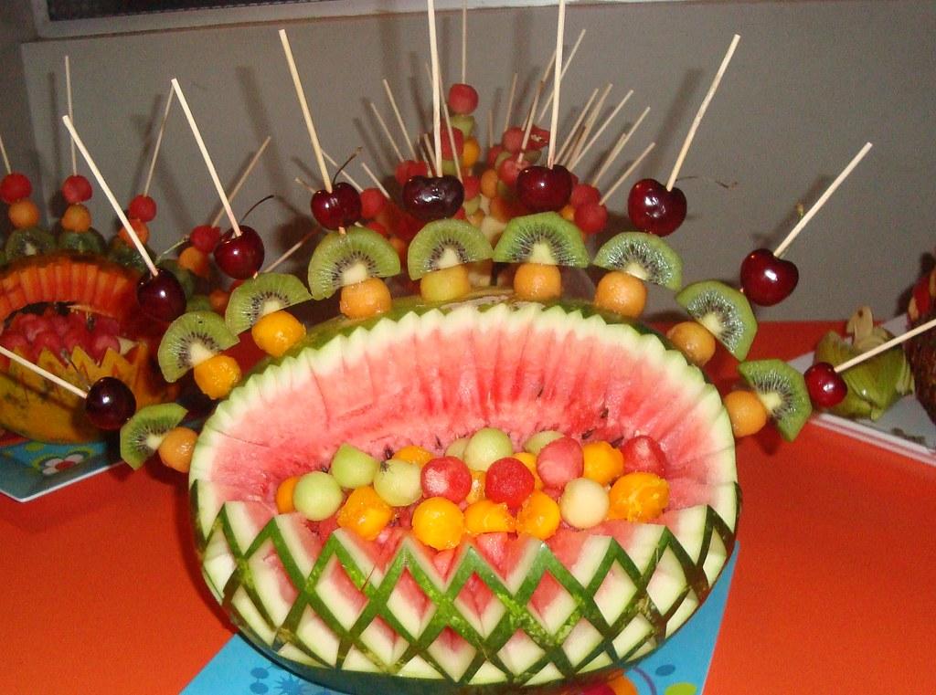 Canasta de sandia con brochetas de frutas for Como secar frutas para decoracion