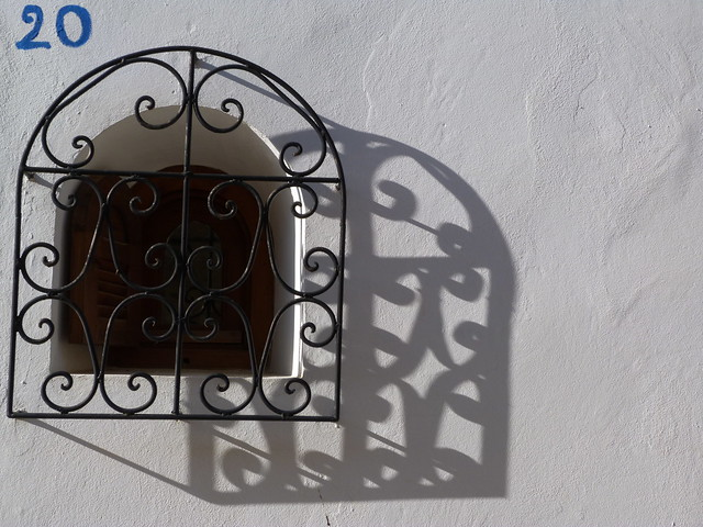 Ventana y su sombra (Marruecos)