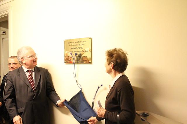 Pose d'une plaque commémorative en souvenir de Marie Curie