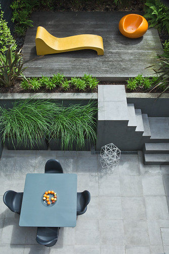 Modern, minimal, neutral colours with seasonal colour accents | by Outdoor Space Designed for Living