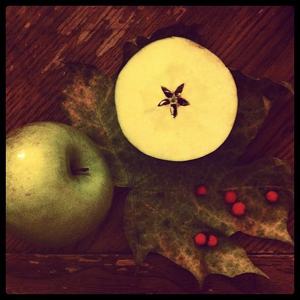 Половина разрезанного яблока