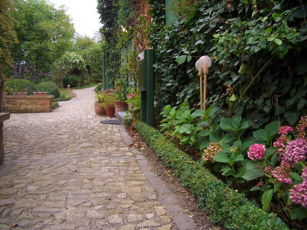 Romantischer Landhausgarten Mit Altem Pflaster Romantic