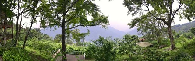 從葛思悠農場遠眺烏來「美人山」景致。攝影:許宏偉。
