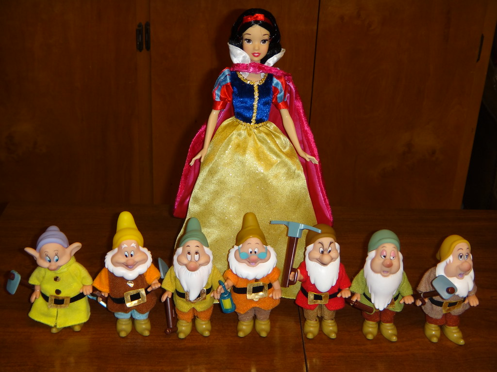 Disney Store Seven Dwarfs Mini Doll Set Snow White Stand