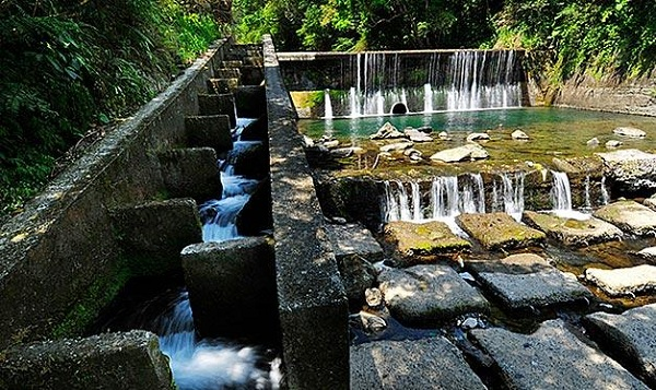 圖一:位在新北市烏來鄉加九寮溪上的魚梯。攝影:棟樑‧Harry‧黃基峰。本圖適用CC-BY授權。