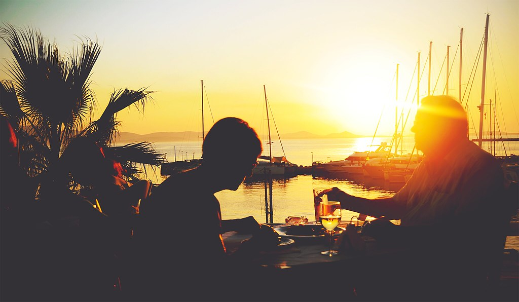 Enjoying a dinner with a view during sunset at the harbour of Naxos (Greece) | via It's Travel O'Clock