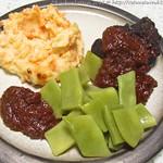 Geschmorte Rinderbäckchen mit gestampftem Karotten-Kartoffel-Gemüse und Bohnen